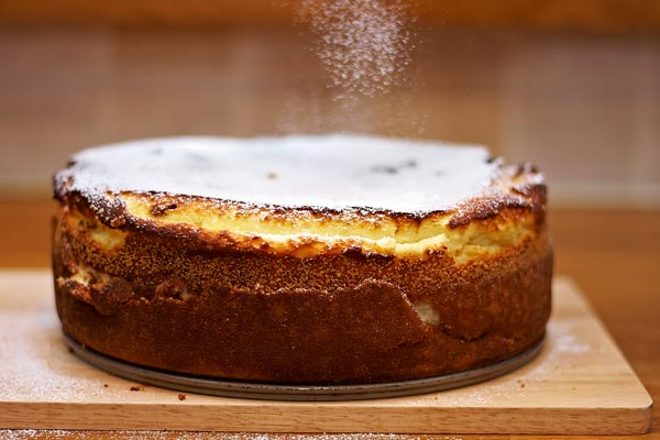 sprinkle cake with icing sugar by quall
